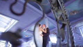 Wedding пара внутри помещения обнимает один другого видеоматериал