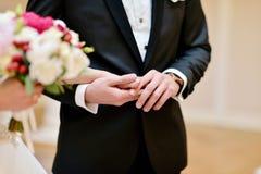Wedding пара держит руки Стоковое Изображение