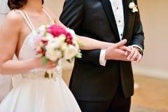 Wedding пара держит руки Стоковые Фото