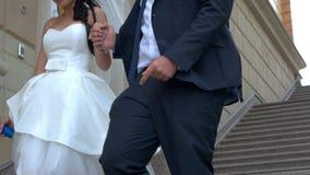 Wedding пара идет вниз сток-видео