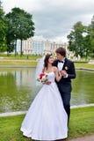 Wedding пара на природе обнимает один другого Стоковые Изображения