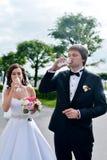 Wedding пара на природе обнимает один другого Стоковое Изображение