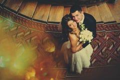 Wedding пара обнимает один другого и смотрит вверх Стоковое Изображение RF