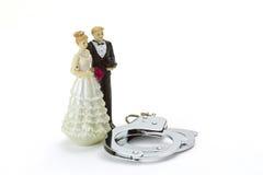 Wedding пары с наручниками стоковые изображения rf