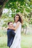 Wedding прогулка на природе Счастливый жених и невеста после свадебной церемонии Стоковые Фото