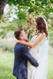 Wedding прогулка на природе Счастливый жених и невеста после свадебной церемонии Стоковые Фотографии RF