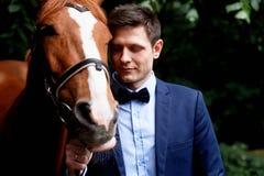Wedding романтичная прогулка жениха и невеста коричневая лошадь Портрет groom стоковые фото