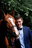 Wedding романтичная прогулка жениха и невеста коричневая лошадь Портрет groom стоковые фотографии rf