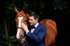 Wedding романтичная прогулка жениха и невеста коричневая лошадь Портрет groom стоковая фотография rf
