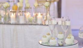 2 wedding стекла и пирожного шарика на таблице, изображении a Стоковая Фотография