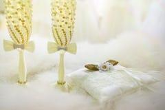 2 wedding стекла с шампанским и подушкой для колец на красивой предпосылке Стоковое Фото