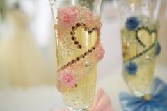 2 wedding стекла с шампанским на красивой предпосылке Стоковая Фотография RF