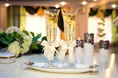 2 wedding стекла шампанского на таблице в красивом украшенном ресторане Стоковая Фотография