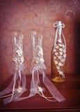 2 wedding стекла и бутылка шампанского на таблице Стоковые Изображения RF