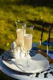 2 wedding стекла и ручки на предпосылке зеленой травы Стоковое Фото