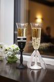 2 wedding стекла украшенного в стиле невесты и groo Стоковая Фотография RF