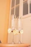 Wedding стекла украшенные с смычком Стоковые Фотографии RF