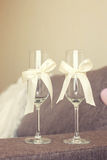 Wedding стекла украшенные с смычком Стоковая Фотография