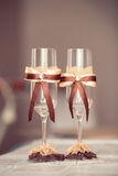 Wedding стекла украшенные с смычком Стоковые Изображения RF
