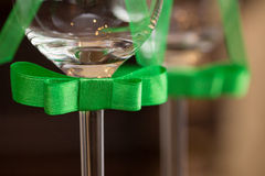 Wedding стекла украшенные с смычком Стоковая Фотография RF