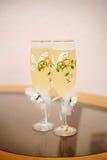 2 wedding стекла шампанского стоят на таблице Стоковые Изображения