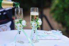 2 wedding стекла льет шампанское украшенное с цветками Стоковые Изображения RF
