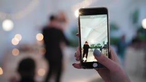 Wedding танец молодых пар Танцы жениха и невеста на партии в шатре Принимать видео на мобильном телефоне акции видеоматериалы