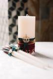 Wedding украшенные свечи в элегантном королевском стиле Стоковая Фотография