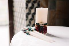 Wedding украшенные свечи в элегантном королевском стиле Стоковое фото RF
