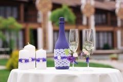 Wedding украшенные стекла и бутылки шампанского на таблице Стоковая Фотография