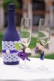 Wedding украшенные стекла и бутылки шампанского на таблице Стоковое фото RF