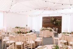 Wedding украшенный ресторан в светлых цветах и деревенском стиле Стоковые Фото