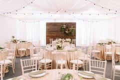 Wedding украшенный ресторан в светлых цветах и деревенском стиле Стоковые Изображения RF