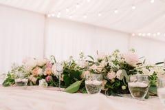 Wedding флористические состав и свечи в прозрачных подсвечниках Стоковая Фотография