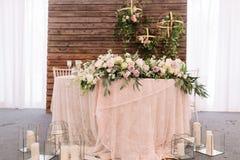Wedding флористическое украшение таблицы, близко свечи в прозрачных вазах Стоковое фото RF