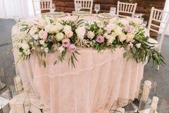 Wedding флористическое украшение таблицы с свечами в прозрачных вазах Стоковые Фото