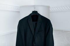 Wedding черные виды костюма на вешалке Стоковая Фотография RF