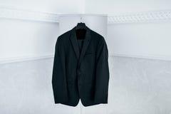 Wedding черные виды костюма на вешалке Стоковые Фотографии RF
