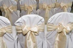 Задние части стульев подготовленных для wedding замужества Стоковые Изображения RF