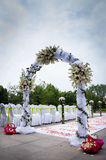 WEDDING ARCH WITH WHITE AND PINK FLOWERS Royalty Free Stock Photography