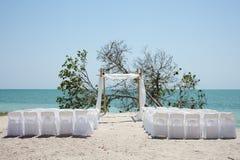 Wedding auf dem Strand, den Stühlen und dem chuppa Stockbild