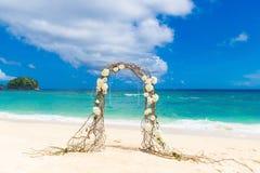 Wedding auf dem Strand Hochzeitsbogen verziert von den Reben und vom flowe lizenzfreies stockfoto