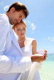 Wedding auf einem weißen sandigen Strand Lizenzfreie Stockbilder