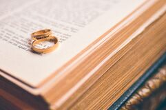 Wedding bands on Bible Royalty Free Stock Photography