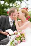 Wedding - beijando no parque Foto de Stock Royalty Free