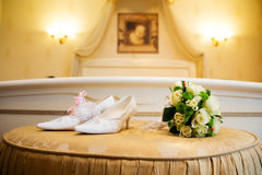 Wedding bouquet and bridal shoes Royalty Free Stock Photography