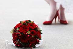 Wedding bouquet and bride's feet Royalty Free Stock Photography