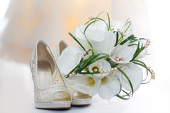 Wedding bouquet of calla lilies and bridal shoes Royalty Free Stock Photos