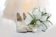 Wedding bouquet of calla lilies and bridal shoes Royalty Free Stock Photography