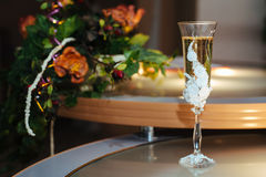 Wedding bouquet with champagne glasses Royalty Free Stock Photography